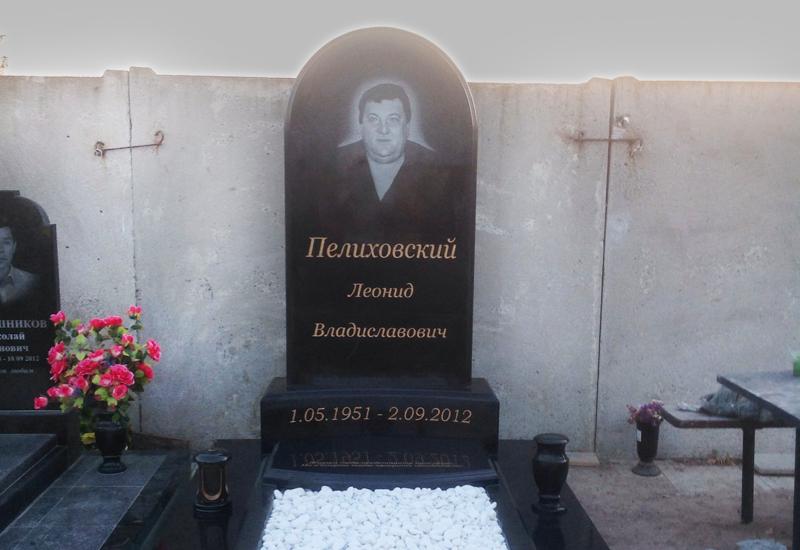 Памятник Скала с колотыми гранями Палласовка Прямоугольный вертикальный памятник Боровицкая